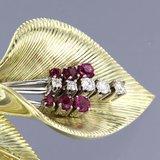 Gouden bloem broche met robijn en 0.26 ct diamant_