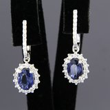 Witgouden oorhangers met saffier en 0.60 ct diamant_