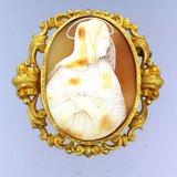 Gouden camee broche met afbeelding van een zuster_