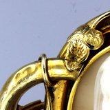 Gouden camee broche met afbeelding van een kind_