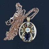 Gouden collier met spin-hanger bezet met saffier, robijn en diamant_