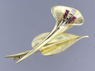 Gouden bloem broche met robijn en 0.26 ct diamant