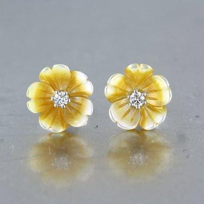 Witgouden oorbellen met parelmoer en 0.08 ct diamant