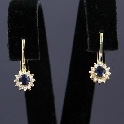 Gouden oorhangers met saffier en 0.28 ct diamant