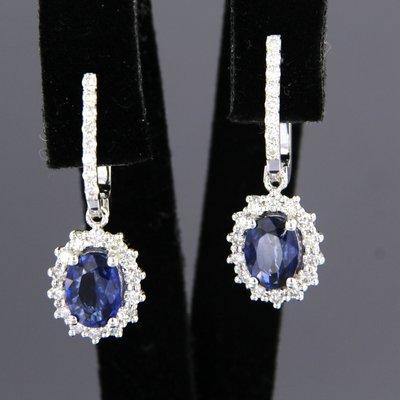 Witgouden oorhangers met saffier en 0.60 ct diamant