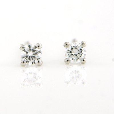 Witgouden oorknoppen met 0.20 ct diamant