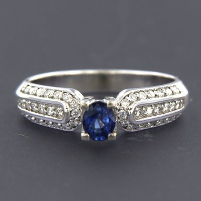 White gold ring with sapphire and 0.26 ct diamond