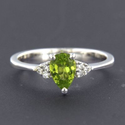 White gold ring with peridot and 0.12 ct diamond