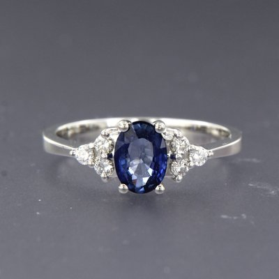 White gold ring with sapphire and 0.16 ct diamond