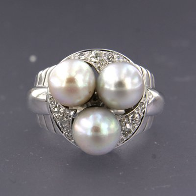 White gold ring with a pearl and 0.23 ct diamond