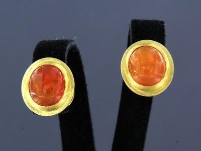 Gouden oorbellen met vuuropaal