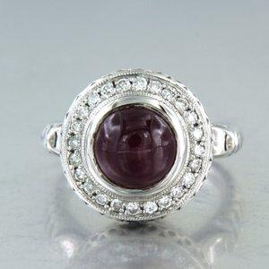 Witgouden ring met robijn en 0.36 ct diamant