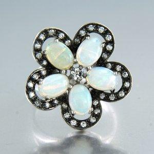 Witgouden ring met opaal en 0.60 ct diamant