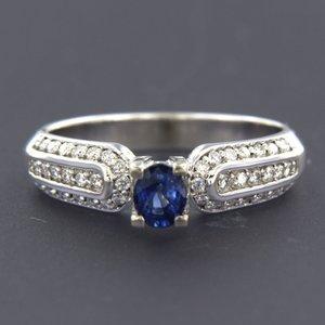Witgouden ring met saffier en 0.26 ct diamant