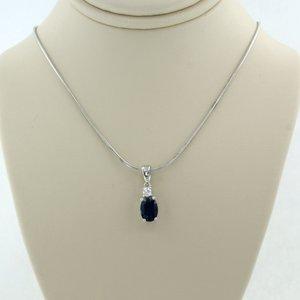Witgouden collier met 0.80 ct saffier en 0.06 ct diamant